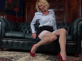 Amateur video of cougar Molly Maracas playing on the leather chaise longue